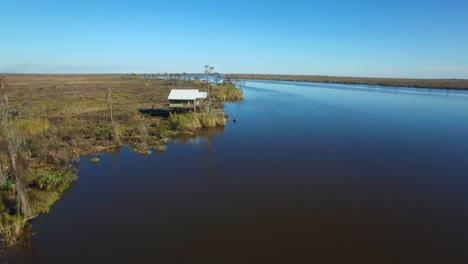 Eine-Antenne-über-Dem-Louisiana-Bayou-Zeigt-Ein-Haus-Auf-Stelzen-1