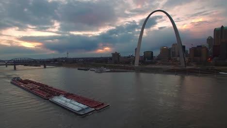 Hermosa-Antena-Sobre-Una-Barcaza-Del-Río-Mississippi-Con-El-Fondo-Del-Horizonte-De-St-Louis-Missouri-1