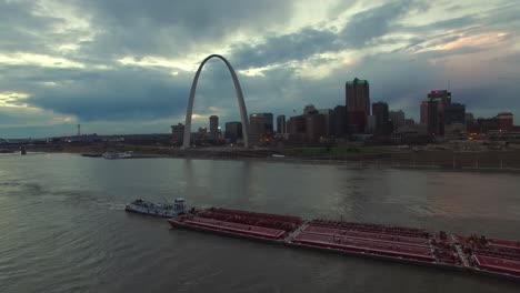 Beautiful-vista-aérea-over-a-Mississippi-río-barge-with-the-St-Louis-Missouri-skyline-background-3