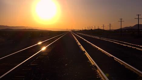 Una-Foto-De-Las-Vías-Del-Tren-Que-Se-Extienden-Hasta-El-Horizonte-Al-Atardecer