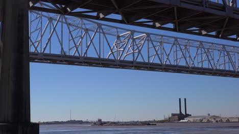 El-Puente-De-La-Ciudad-Creciente-Con-Nueva-Orleans-Luisiana-En-El-Fondo-1