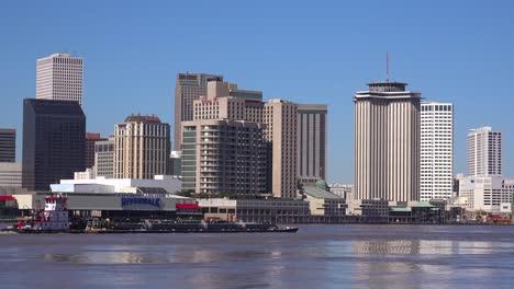 Establecimiento-De-Tiro-De-La-Ciudad-De-Nueva-Orleans-Con-Barcazas-En-El-Primer-Plano-Del-Río-Mississippi