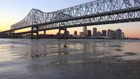 El-Puente-De-La-Ciudad-Creciente-Al-Anochecer-Con-Nueva-Orleans-Louisiana-En-El-Fondo