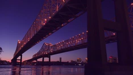 El-Puente-De-La-Ciudad-Creciente-En-La-Noche-Con-Nueva-Orleans-Louisiana-En-El-Fondo