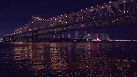 Hermosa-Foto-Del-Puente-De-La-Ciudad-De-Crescent-En-La-Noche-Con-Nueva-Orleans-Luisiana-En-El-Fondo-2