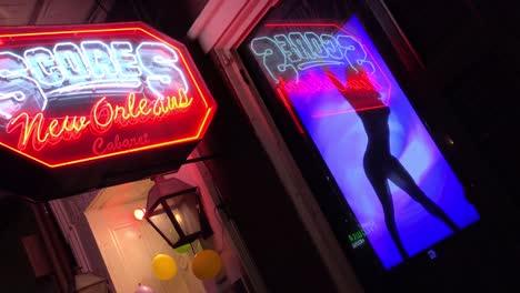 Puntuaciones-Sports-Club-En-Nueva-Orleans-Cuenta-Con-Bailarina-En-El-Cartel