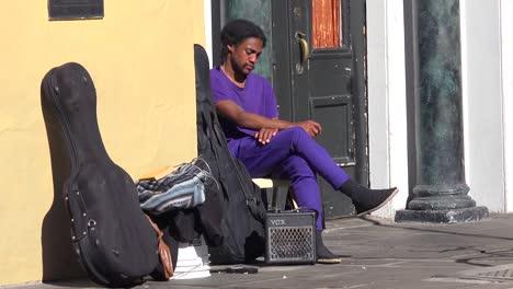 Ein-Obdachloser-Musiker-Sitzt-Auf-Der-Straße
