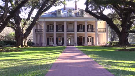 A-beautiful-gracious-Southern-mansion-amongst-a-treelined-arcade