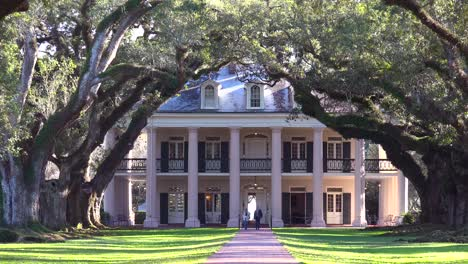 A-beautiful-gracious-Southern-mansion-amongst-a-long-treelined-arcade-1