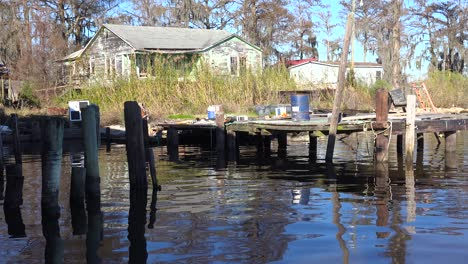 Eine-Alte-Heruntergekommene-Hütte-Am-Bayou-In-Louisiana-1