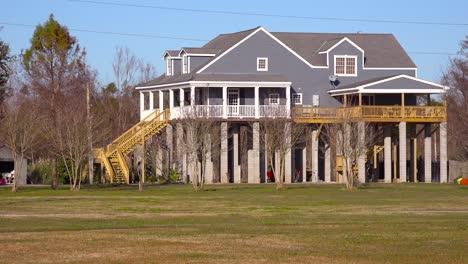 Las-Casas-En-Louisiana-Están-Construidas-Sobre-Pilotes-Para-Evitar-Inundaciones-Por-Impuestos-Rotos-4
