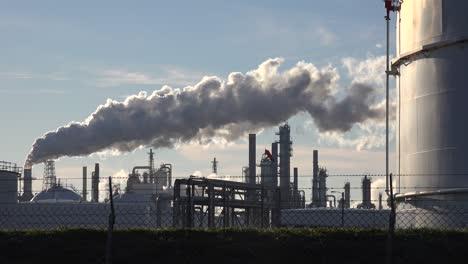 Smokestacks-belch-pollution-into-the-sky-1