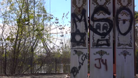 An-abandoned-and-graffiti-covered-ferris-wheel-at-an-amusement-park-presents-a-spooky-and-haunted-image