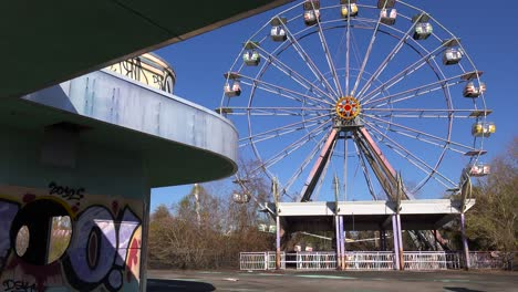 An-abandoned-and-graffiti-covered-ferris-wheel-at-an-amusement-park-presents-a-spooky-and-haunted-image-3