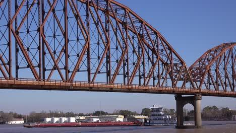 Agua-Alta-A-Lo-Largo-Del-Puente-De-Atchafalaya-Y-La-Casa-De-Guardia-En-La-Ciudad-De-Morgan-Louisiana-Con-Una-Barcaza-Que-Pasa-Por-Debajo