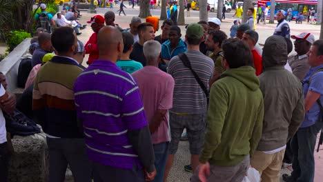 Große-Menschenmengen-Versammeln-Sich-Im-Havanna-Cuba-Central-Park-Um-über-Aktuelle-Themen-Zu-Diskutieren