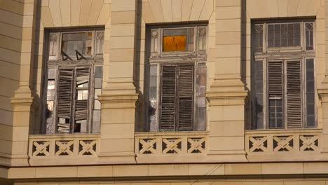 Alte-Verfallende-Fenster-An-Einem-Gebäude-In-Havanna-Kuba