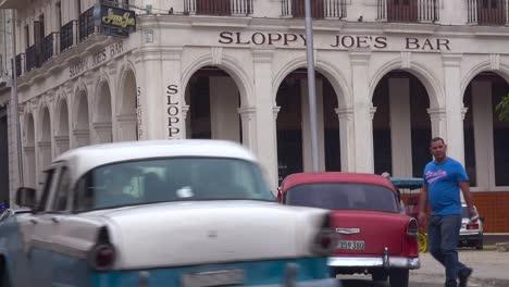 Fußgänger-Gehen-Um-Die-Außenseite-Von-Sloppy-Joe&#39-s-Bar-Und-Restaurant-In-Der-Altstadt-Von-Havanna-Kuba