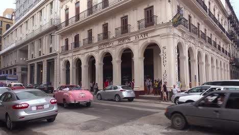 Ein-Oldtimer-Fährt-Durch-Die-Schlampige-Joe&#39-s-Bar-Und-Das-Restaurant-In-Der-Altstadt-Von-Havanna-Kuba