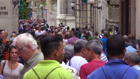 Straßen-Sind-überfüllt-Mit-Touristen-Und-Einheimischen-In-Der-Innenstadt-Von-Havanna-Kuba