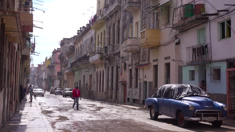 The-narrow-streets-of-Old-Havana-Cuba-with-classic-car-foreground