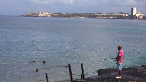 Ein-Fischer-Steht-An-Der-Uferpromenade-Von-Malecon-In-Havanna-Kuba-1