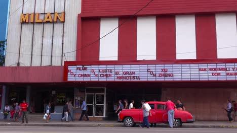 Männer-Laden-Ein-Altes-Auto-Vor-Einem-Kino-In-Havanna-Kuba-1