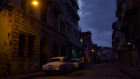 Eine-Ruhige-Straße-In-Havanna-Kuba-Bei-Nacht
