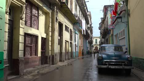Die-Alte-Stadt-Von-Havanna-Kuba-Nach-Dem-Regen-Mit-Klassischem-Altem-Autovordergrund