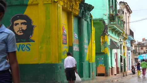 La-Ciudad-Vieja-De-La-Habana-Cuba-Con-Pinturas-De-Propaganda-En-Los-Edificios