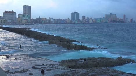 Schöne-Aufnahme-Der-Skyline-Von-Havanna-Kuba-Wie-Sie-Von-Der-Malecon-Waterfront-Aus-Fotografiert-Wurde