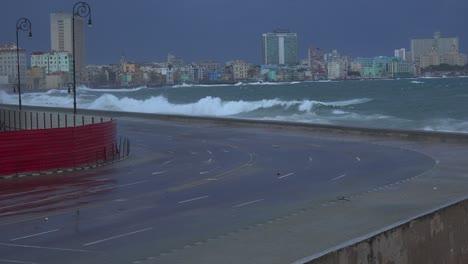 Die-Uferpromenade-Des-Malecon-In-Havanna-Kuba-Wird-Während-Eines-Riesigen-Wintersturms-Verprügelt