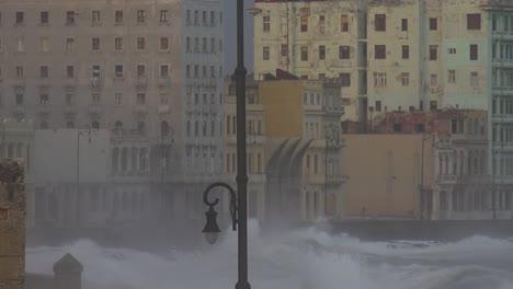 Die-Uferpromenade-Des-Malecon-In-Havanna-Kuba-Wird-Während-Eines-Riesigen-Wintersturms-Geschlagen-5
