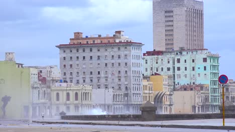 Die-Uferpromenade-Des-Malecon-In-Havanna-Kuba-Wird-Während-Eines-Riesigen-Wintersturms-Geschlagen-6