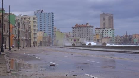 Die-Uferpromenade-Des-Malecon-In-Havanna-Kuba-Wird-Während-Eines-Riesigen-Wintersturms-Geschlagen-7