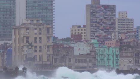 Die-Uferpromenade-Des-Malecon-In-Havanna-Kuba-Wird-Während-Eines-Riesigen-Wintersturms-Verprügelt-13