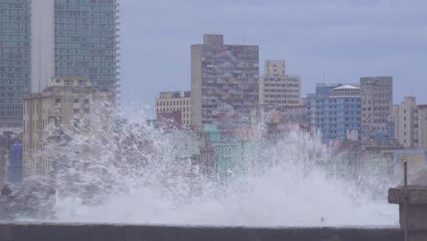 Die-Uferpromenade-Des-Malecon-In-Havanna-Kuba-Wird-Während-Eines-Riesigen-Wintersturms-Verprügelt-14