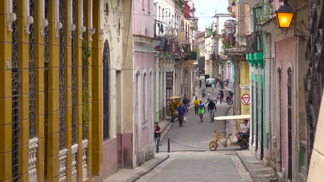 Busy-streets-in-the-old-city-of-Havana-Cuba