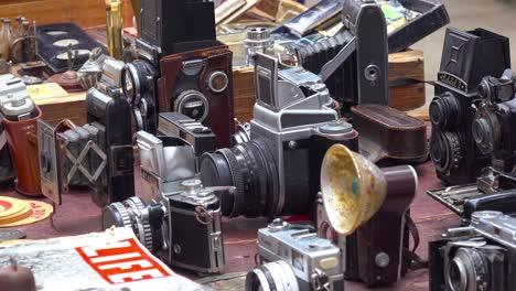 Vendedores-En-Las-Calles-De-La-Habana-Cuba-Venden-Viejas-Cámaras-Radios-Y-Libros-Y-Carteles-De-Propaganda-1