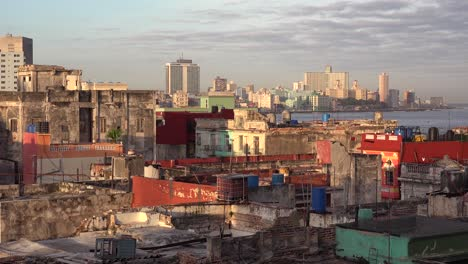 Excellent-establishing-shot-of-Havana-Cuba-with-decaying-buildings-and-skyline