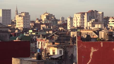 Gute-Aufnahme-Von-Havanna-Kuba-Mit-Verfallenden-Gebäuden-Und-Skyline