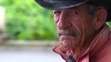 Ein-Verwitterter-Alter-Tabakbauer-In-Kuba-Schaut-In-Die-Kamera