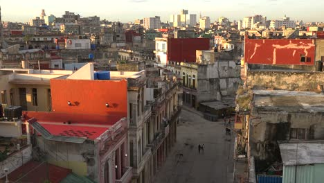 Excellent-establishing-shot-of-Havana-Cuba-with-decaying-buildings-and-skyline-2