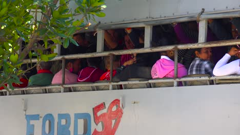 Zoomen-Sie-Aus-Einem-überfüllten-Bus-Mit-Arbeitern-Heraus-Um-Die-Stadt-Cienfuegos-In-Kuba-Zu-Entdecken
