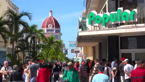 Scharen-Von-Kubanern-Gehen-An-Einem-Sonnigen-Tag-Durch-Die-Straßen-Von-Cienfuegos-Kuba