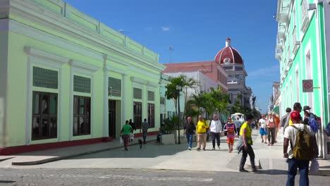 Scharen-Von-Kubanern-Gehen-An-Einem-Sonnigen-Tag-Durch-Die-Straßen-Von-Cienfuegos-Kuba-1