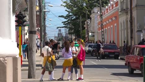 Schulkinder-Versammeln-Sich-An-Einer-Belebten-Ecke-In-Der-Kubanischen-Stadt-Cienfuegos