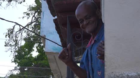 Un-Anciano-Amable-Saluda-Levanta-El-Pulgar-Y-Sonríe-En-Trinidad-Cuba