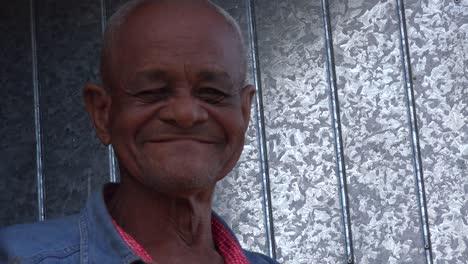 Ein-Freundlicher-Alter-Mann-Lächelt-In-Trinidad-Kuba