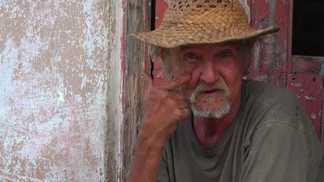 Ein-Freundlicher-Alter-Mann-Lächelt-In-Trinidad-Kuba-1